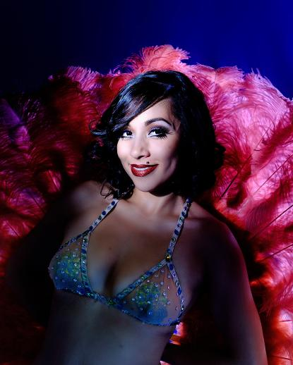 Jazida-Premiere-Australian-Canberra-Burlesque-Dancer-with-Feather-Fans